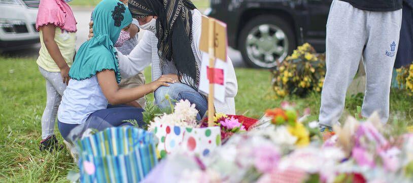 plusieurs milliers de personnes ont assisté à London à une veillée funèbre en plein air en hommage aux victimes musulmane tuée délibérément par un jeune homme au Canada