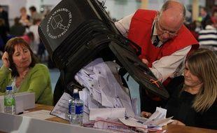 Une urne est vidée après une élection en 2010 au Royaume-Uni.