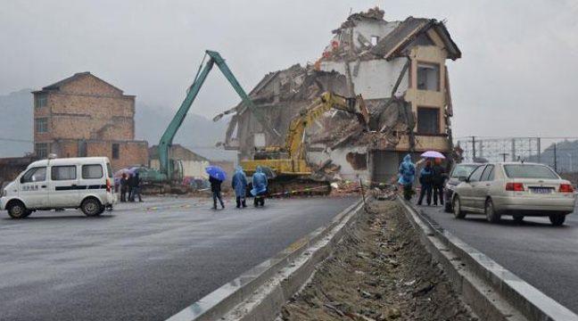 Chine la maison clou au milieu d une route du zhejiang a t d truite - Jeux de demolition de maison ...