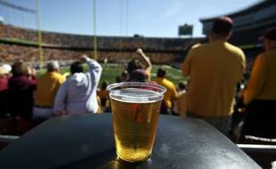 La loi Evin de 1991 contre le tabagisme et l'alcoolisme interdit la vente, la distribution et l'introduction de boissons alcoolisées dans tous les établissements d'activités physiques et sportives.