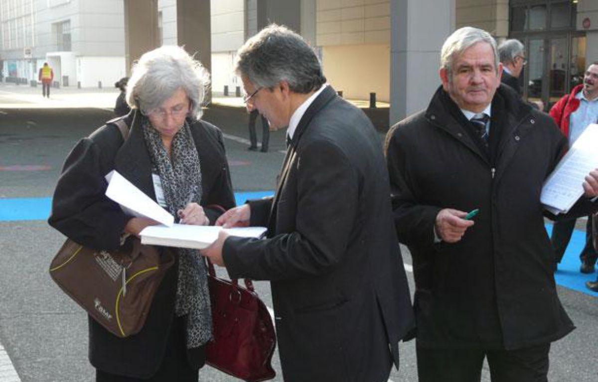 A l'entrée du Congrès des maires de France, les représentants des petits candidats draguent l'élu. A Paris, le 22 novembre 2001. – N. Bégasse/20minutes