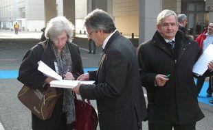 A l'entrée du Congrès des maires de France, les représentants des petits candidats draguent l'élu. A Paris, le 22 novembre 2001.