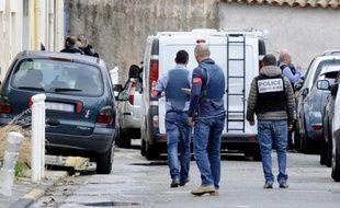 Des policiers dans la rue Alfred de Musset à Toulon, lieu, où un douanier qui participait à une surveillance de trafic d'armes a été tué par un tireur, le 23 novembre 2015