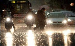 De violents orages se sont abattus vendredi en début de matinée dans l'ouest de la Saône-et-Loire, provoquant des inondations de caves et de garages, des coupures de routes et la crue d'une rivière, a-t-on appris auprès des pompiers.