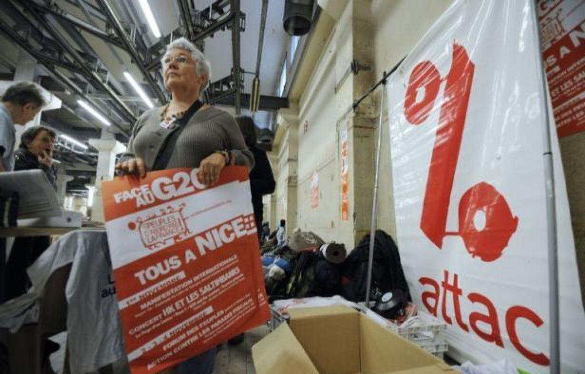 """Des milliers d'altermondialistes doivent converger mardi à Nice pour une manifestation internationale dénonçant les pratiques des marchés financiers et leurs méfaits sur """"les peuples"""", deux jours avant la tenue à Cannes d'un G20 avec 25 chefs d'Etat et de gouvernement. – Anne-Christine Poujoulat afp.com"""