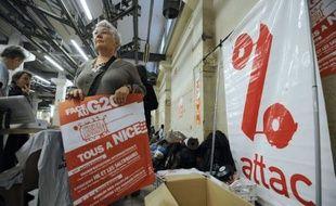 """Des milliers d'altermondialistes doivent converger mardi à Nice pour une manifestation internationale dénonçant les pratiques des marchés financiers et leurs méfaits sur """"les peuples"""", deux jours avant la tenue à Cannes d'un G20 avec 25 chefs d'Etat et de gouvernement."""