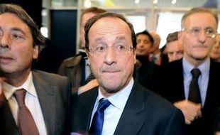 Le candidat socialiste à l'Elysée, François Hollande, s'est fixé vendredi l'objectif d'ouvrir le service civique à 15% d'une classe d'âge, soit 100.000 jeunes.