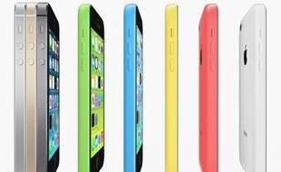 L'iPhone 5S, à gauche, et l'iPhone 5C, à droite, disponible en cinq coloris.