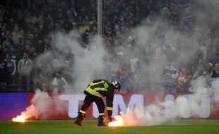 Le match Italie - Serbie, arrrêté à cause des jets de fumigènes sur la pelouse, le 12 octobre 2010 à Gênes.