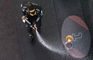 Le pilote britannique Lewis Hamilton (Mercedes-AMG Petronas) sur le podium après avoir remporté le Grand Prix d'Espagne de Formule 1 sur le circuit de Barcelone, à Montmelo, le dimanche 9 mai 2021.