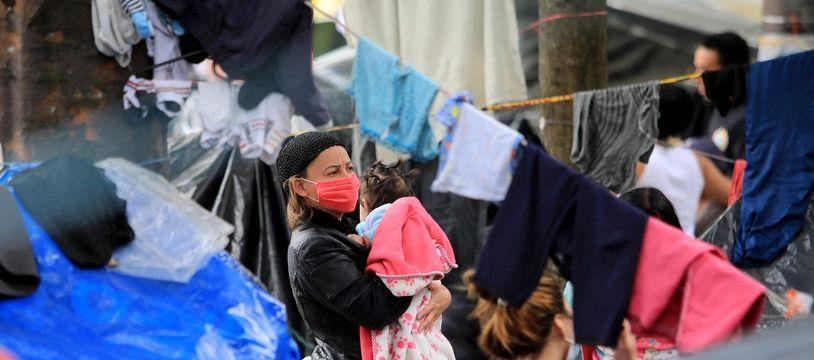 Une femme et son bébé dans un camp de réfugiés vénézuéliens à Bogota, en Colombie, le 16 juin 2020.