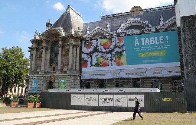 A Lille, le 20 septembre 2016 - Une affiche publicitaire géante deployee sur le Palais des Beaux-Arts depuis le debut du mois de septembre 2016.