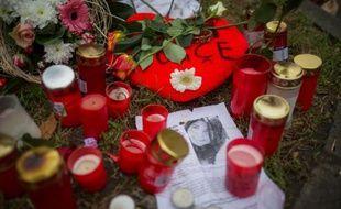 Des fleurs et des bougies disposées à côté d'un portrait de l'étudiante turque tuée en voulant défendre deux adolescentes lors d'une agression, le 1er décembre 2014 à Offenbach
