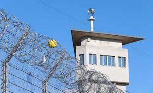 A la prison de Lyon-Corbas. Illustration.