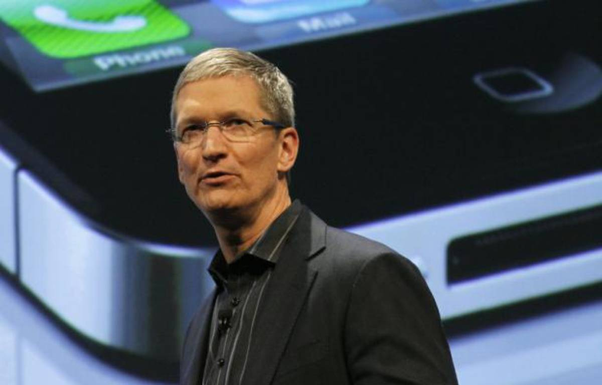Le nouveau directeur général d'Apple, Tim Cook, ici photographié lors du lancement de l'iPhone 4 sur le réseau Verizon, le 23 février 2011. – B.MCDERMID/REUTERS