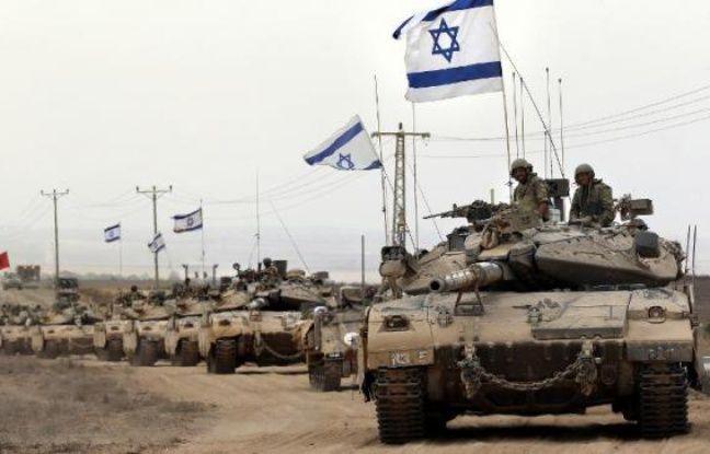Une colonne de blindés israéliens longent la frontière entre la bande de Gaza et Israël, le 5 août 2014, après avoir quitté l'enclave palestinienne