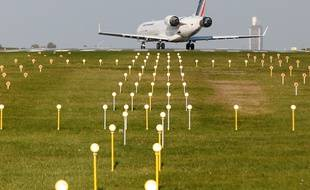 ST PHILBERT DE GRANDLIEU, le 02/12/2013 Un avion se pose sur l aeroport Nantes ATLANTIQUE