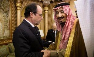 Le président français François Hollande présente ses condoléances au nouveau roi d'Arabie saoudite Salmane, le 24 janvier 2015 à Ryad