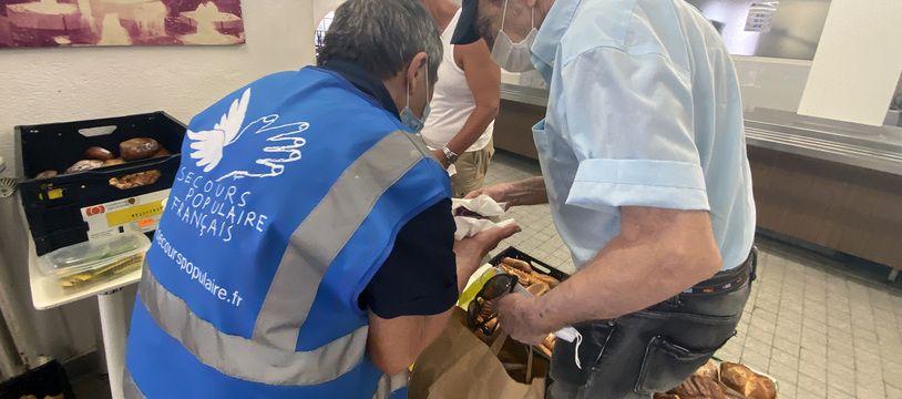 Marie-Jo, bénévole au Secours populaire avec un bénéficiaire lors d'une maraude de jour, le 16 juin 2021 à Nice