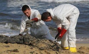 Des personnes nettoient une plage du Var touchée par la pollution aux hydrocarbures.