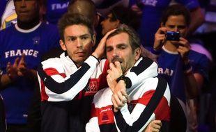 Julien Benneteau en pleurs consolé par Nicolas Mahut lors de la finale de la coupe Davis 2017