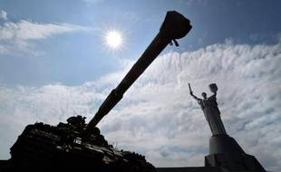 Une photo prise le 12 juillet 2014 à Kiev d'un tank pendant l'exhibition d'armes, d'équipements militaires et autres documents saisis à des groupes armés prorusses lors d'une opération anti-terroriste dans l'est de l'Ukraine
