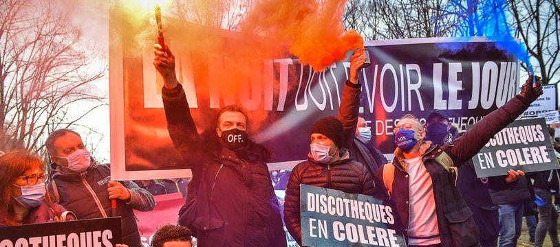 Les restaurateurs, hôteliers, patrons de discotheques, les professionnels de l'evenementiel et du tourisme ont manifeste le 14 decembre 2020 sur l'Esplanade des Invalides a Paris avec une revendication : qu'on les laisse travailler.