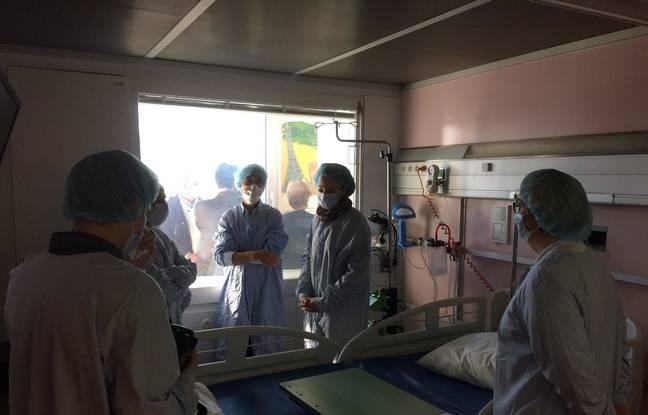 Le professeur Yves Perel, chef du pôle de pédiatrie, accompagné de représentation de la fondation des hôpitaux de Paris pour la visite des chambres stériles actuelles.