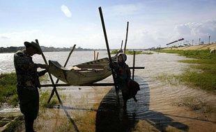 Des pêcheurs à Phnom Penh, en août 2004.