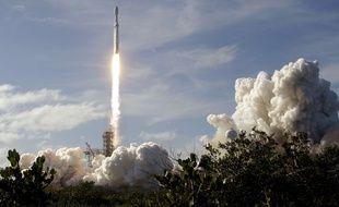La fusée Falcon Heavy, de l'entreprise d'Elon Musk Space X, s'élève dans le ciel de Cap Canaveral, en Floride, le 6 février 2018.
