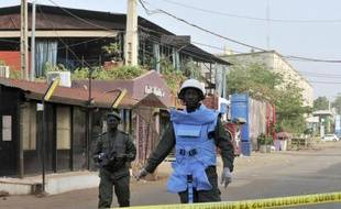 Des policiers sont positionnés près du bar restaurant La Terrasse à Bamako après l'attaque qui a fait 5 morts, le 7 mars 2015