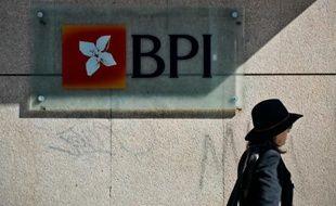Une femme passe devant le logo de la banque portugaise BPI, à Lisbonne le 18 février 2015