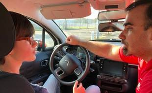 Young Driver propose des initiations à la conduite dès 10 ans. Kévin, le moniteur, avec son élève Lowa (photo prise avant les mesures sanitaires)