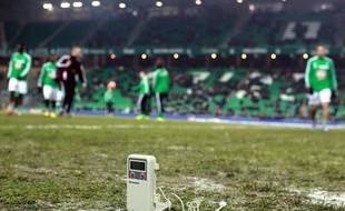 les joueurs de Saint-Etienne à l'échauffement sur la pelosue gelée de Geoffroy-Guichard, le 7 décembre 2013.