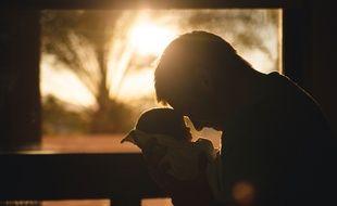 Illustration d'un père prenant dans ses bras un nourrisson. Les hommes aussi peuvent être touchés par la dépression post partum, un sujet longtemps tabou.