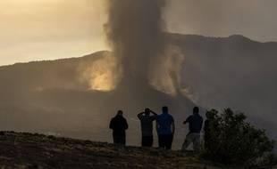 Des habitants regardent la fumée et la lave après l'éruption volcanique sur l'île de La Palma aux Canaries.
