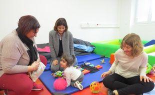 Anna, en compagnie de sa maman et de deux professionnels de l'institut du développement de l'enfant et de sa communication