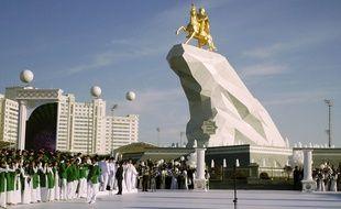 Achkhabad, le 25 mai 2015. Une statue en or à l'effigie du président a été placée dans la capitale turkmène.