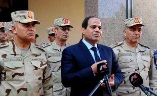 Le président égyptien Abdel-Fattah al-Sissi, entouré de généraux, lors d'une conférence de presse au Caire le 31 janvier 2015