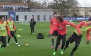 David Luiz expédie Zlatan Ibrahimovic au sol lors d'un jeu.