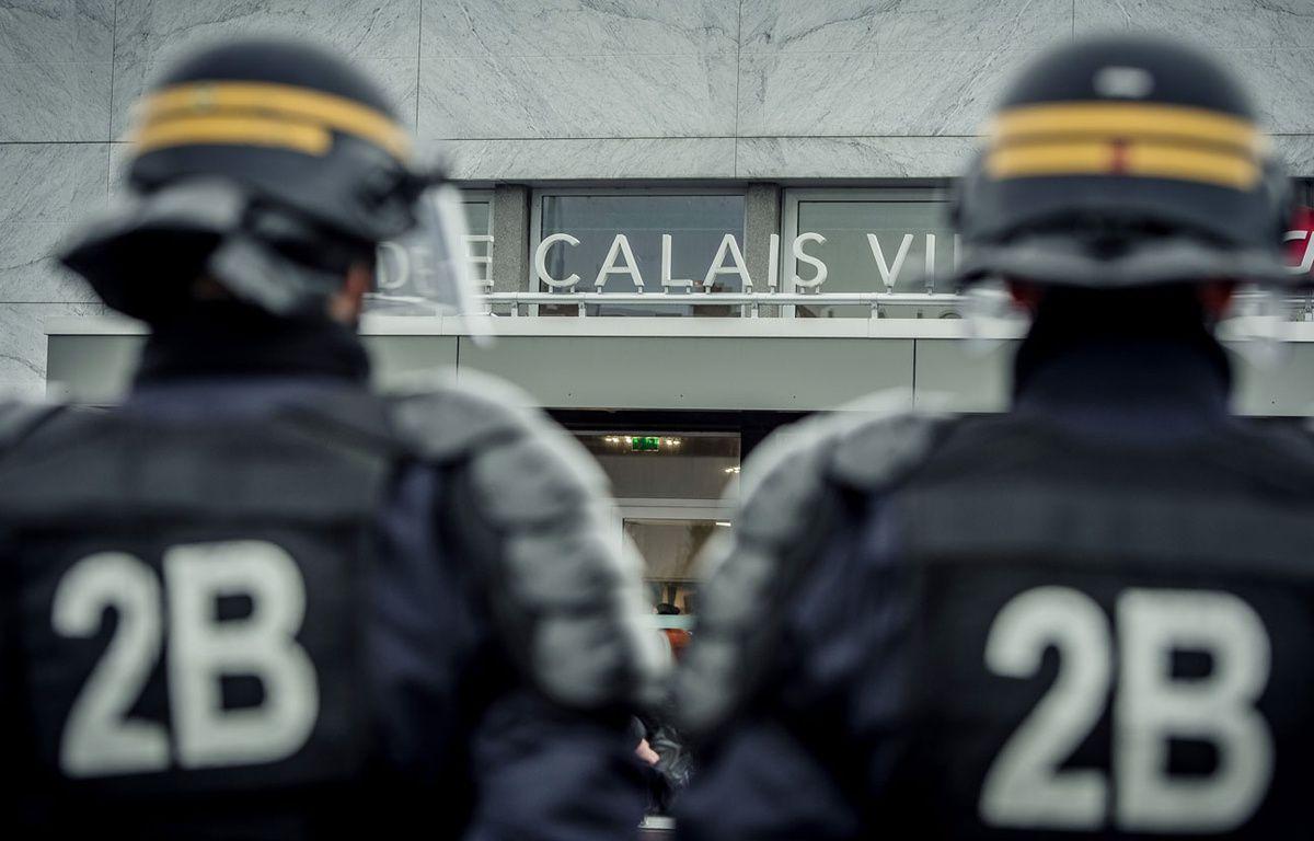 Cent cinquante policiers, CRS et agents de la Sécurité publique avaient été déployés à Calais pour empêcher un «rassemblement pour la défense des Calaisiens», samedi 20 février 2016. – PHILIPPE HUGUEN / AFP
