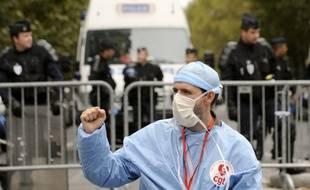 Une centaine d'infirmiers anesthésistes d'Ile-de-France sont rassemblés le 06 octobre 2010 devant le ministère de la Santé à Paris, où des syndicats hospitaliers étaient reçus pour discuter notamment d'une prime pour les