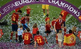 """L'Espagne est définitivement entrée dans la légende du football après son sacre au Championnat d'Europe 2012, la """"Roja"""" de Vicente Del Bosque, championne du monde 2010 et déjà reine du continent en 2008, ne laissant aucune chance à l'Italie de Mario Balotelli (4-0)"""