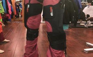 L'exosquelette pour faire du ski-mojo sur un mannequin.