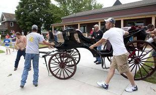 Deux chevaux tirant des  chariots, pris de panique, ont piétiné plusieurs personnes, à Bellevue, dans l'Iowa, faisant un  mort et 23 blessés dont des enfants, dimanche 4juillet 2010.