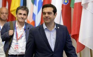 Le Premier ministre grec Alexis Tsipras et son ministre des Finances Euclide Tsakalotos (G) à l'issue du sommet de l'Eurogroupe le 13 juillet 2015 à Bruxelles