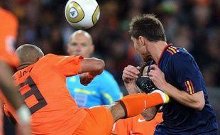 Le duel entre Nigel de Jong et Xabi Alonso lors de la finale de la Coupe du monde 2010 Pays-Bas-Espagne, le 11 juillet 2010, à Johannesburg.