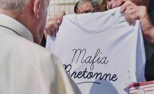 T-shirt Mafia Bretonne offert au Pape par Jean-Luc Guillotel, curé de Saint-Méen-le-Grand en Ille-et-Villaine