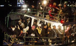 Un bateau rempli d'immigrants arrive dans le port de Lampedusa en Italie, le 21 février 2011.