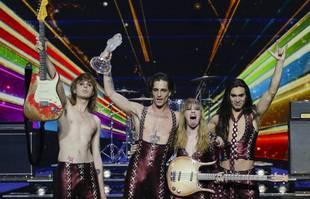 Les membres du groupe Maneskin, Thomas Raggi, le chanteur Damiano David, Victoria De Angelis et Ethan Torchio, posent pour les photographes avec le trophée après avoir remporté la grande finale du concours Eurovision, à Rotterdam , le 22 mai 2021.